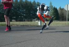 Двуногий робот Cassie впервые совершил 5-километровую пробежку