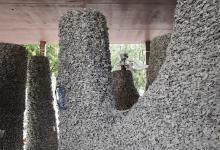 Строительный робот создал павильон из гравия и веревки (видео)