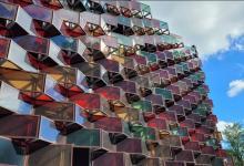Оригинальный солнечный фасад из прозрачных фотопанелей украсил паркинг в Швейцарии