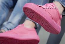 Впервые кроссовки сделали из собранной с улиц жевательной резинки