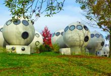 Голландский комплекс Bolwoningen из шарообразных домов завораживает своим футуризмом
