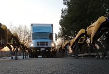 Стая роботов Boston Dynamics отбуксировала грузовик (видео)