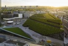 Крупнейшее в Европе здание с зеленым фасадом несет на себе 30 тысяч деревьев (видео)
