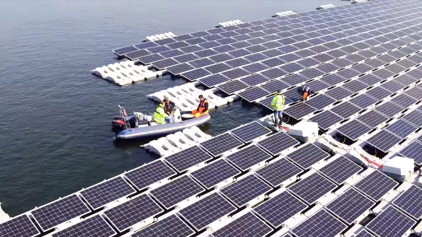 Солнечная электростанция на водной поверхности