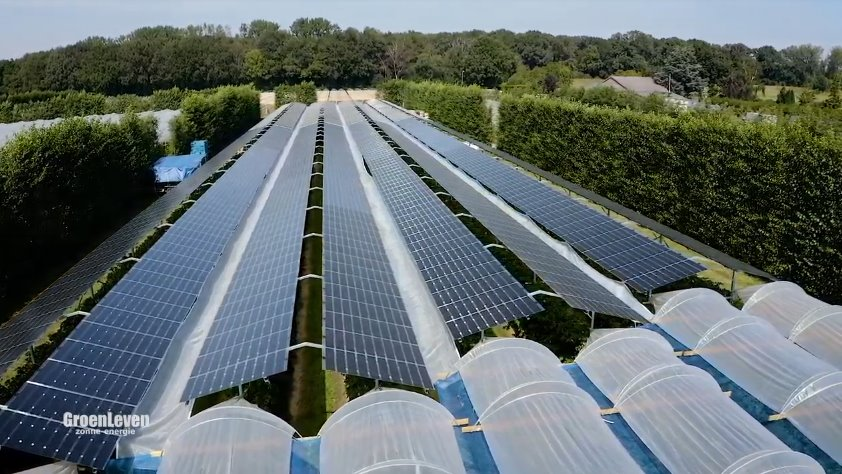Солнечная электростанция над полем с овощами и фруктами