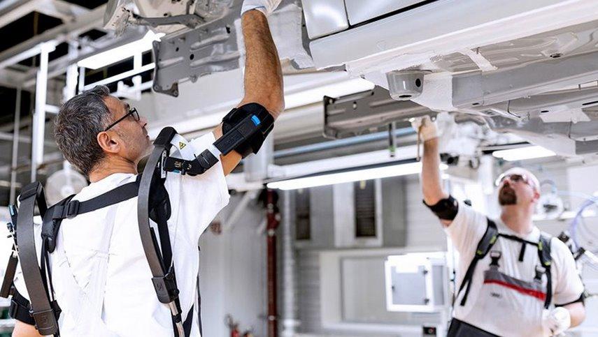 Работников сборочных цехов Audi оснастили экзоскелетами