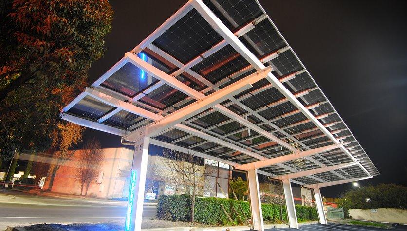 Навес из солнечных батарей на автостоянке