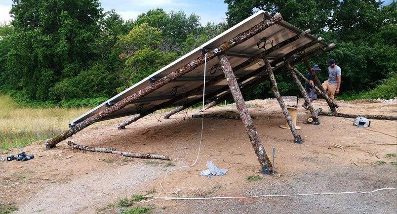 Солнечная электростанция на деревянных опорах