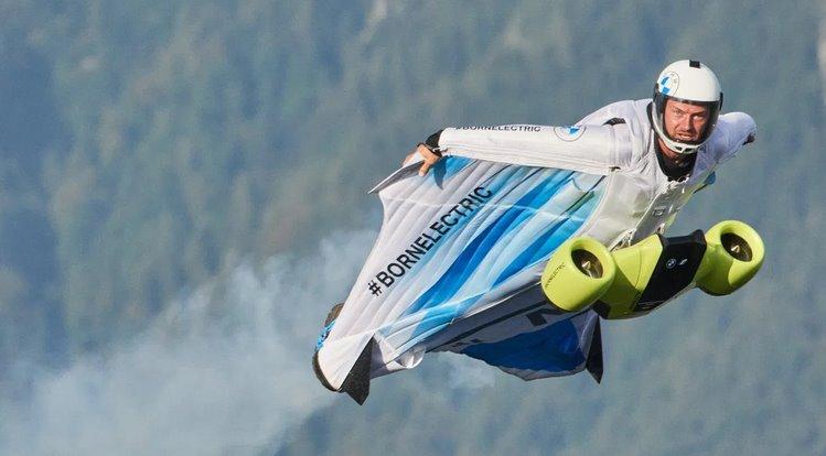 BMW помогла создать костюм-крыло, разгоняющееся до 300 кмч