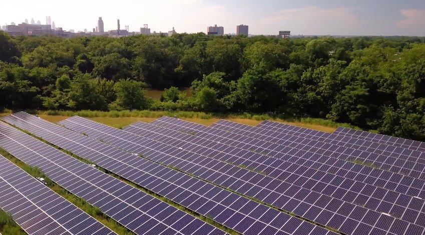 Солнечная электростанция рядом с городом