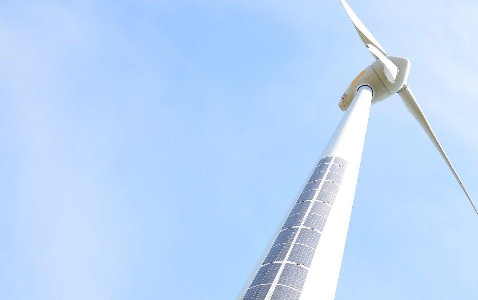 Солнечные батареи на ветровой турбине