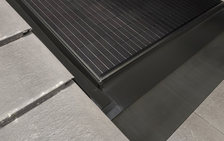 Устройство солнечной батареи для втраивания в крышу