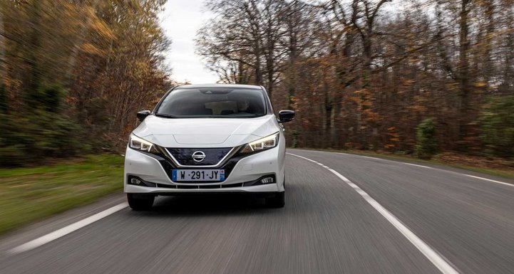 Nissan Leaf 2021 на дороге в лесу