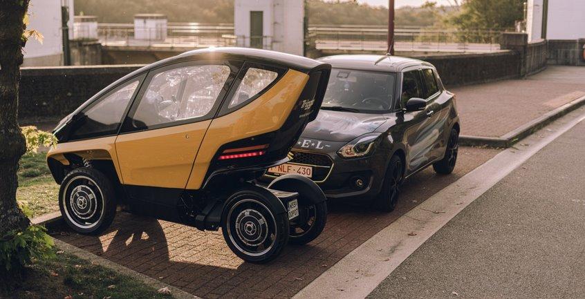 Одноместный электромобиль на парковке