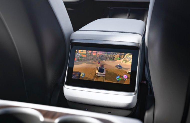 Дисплей для пассажиров в электромобиле Тесла