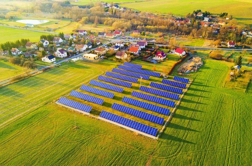 Солнечная электростанция на поле среди домов