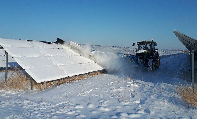 Эффективно очистить солнечные батареи от снега поможет новая разработка SunBrush