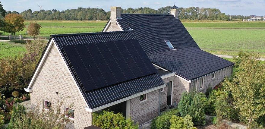 Черная солнечная панель без зазоров фотоэлементов