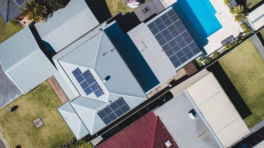 Солнечные панели с микроинвертором на крыше дома