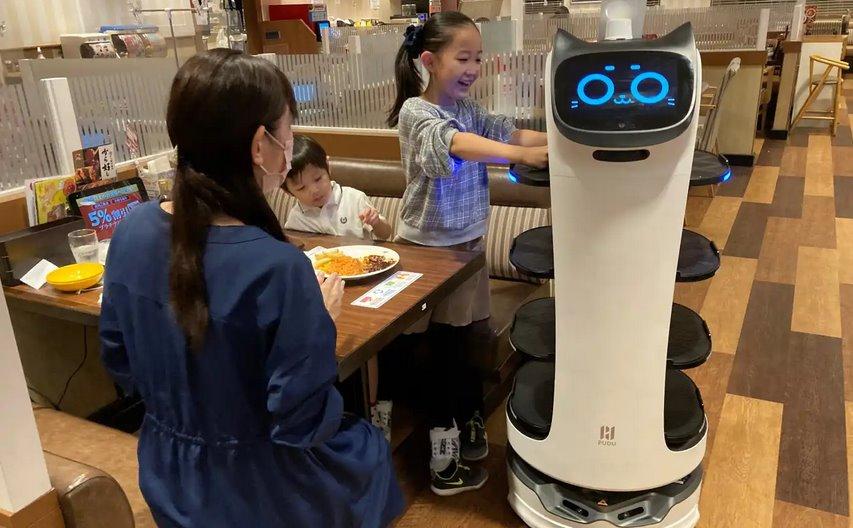 Японские рестораны Skylark задействуют тысячи робо-официантов для бесконтактных обедов