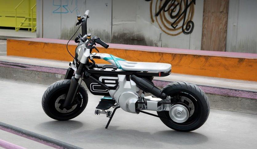 BMW CE 02 - молодежный электромотоцикл для города (видео)