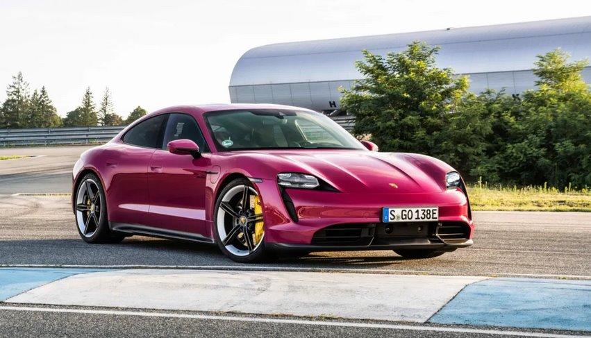 Porsche Taycan 2022 года получил более быструю зарядку, беспилотную парковку, поддержку Android Auto и розовый цвет кузова