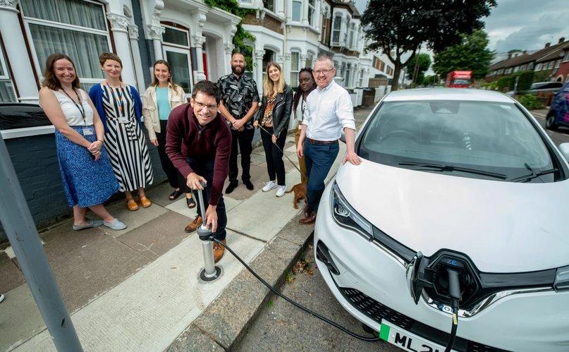 Trojan Energy встроила розетки для электромобилей в тротуар