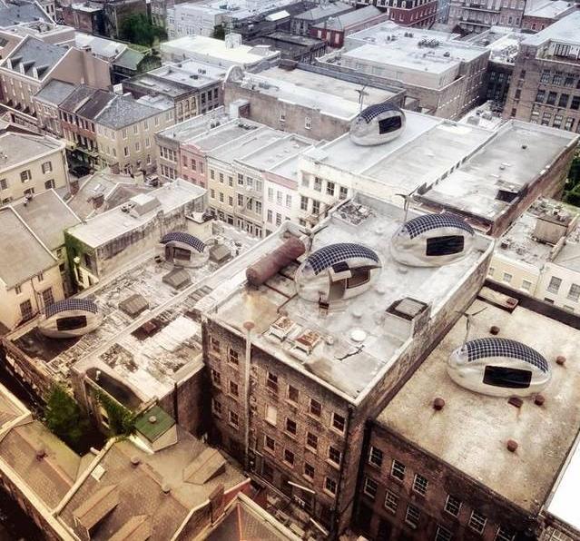 Экокапсулы на крышах домов в городе