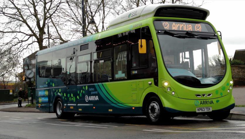 Электробус заряжается на остановке