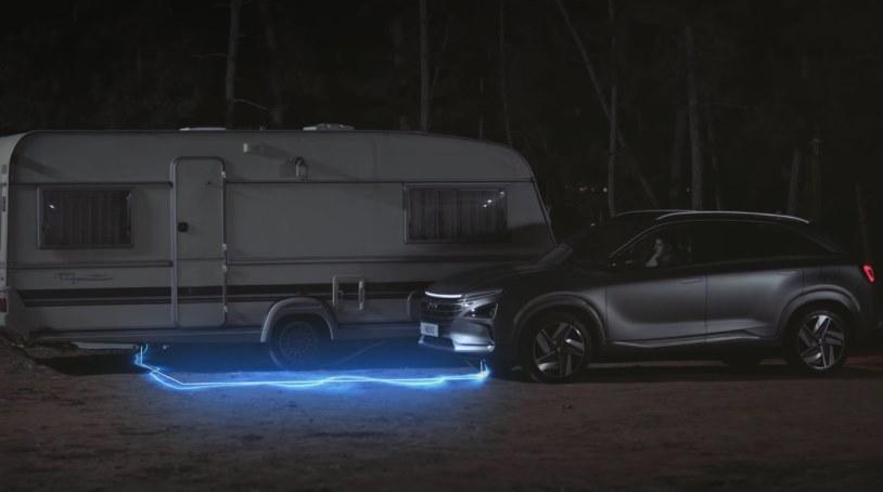 Водородный электромобиль Хендай заряжает энергией дом