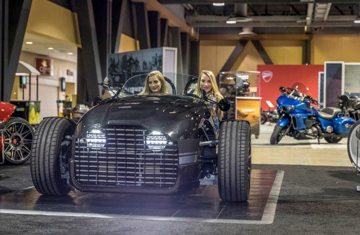 Девушки любят мощные электромобили