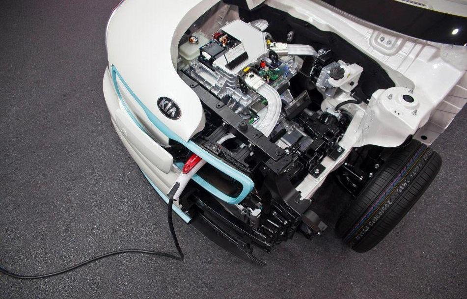По капотом электромобиля