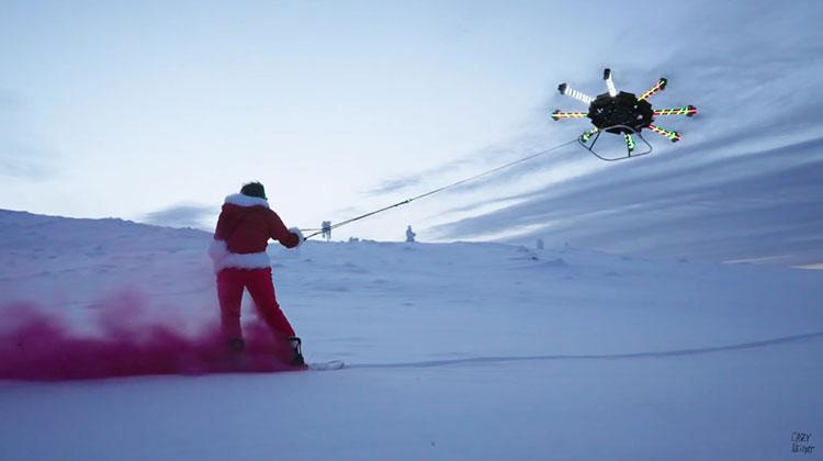 человек летает на дроне видео