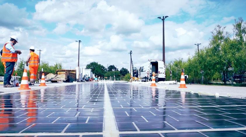 По дорожным солнечным панелям начали ездить первые автомобили