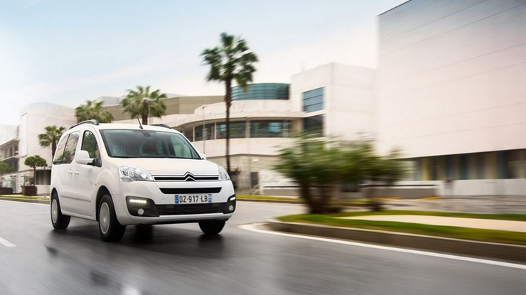 Электромобиль Citroën E-Berlingo Multispaсe едет по дороге