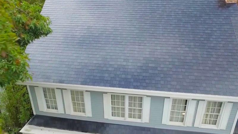 Tesla завершила установку первых солнечных крыш