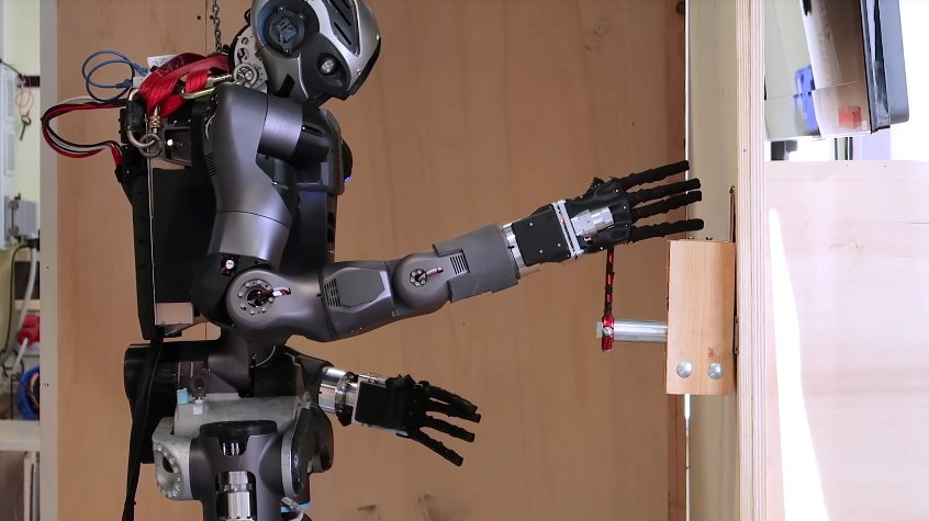 Человекоподобный робот-пожарник