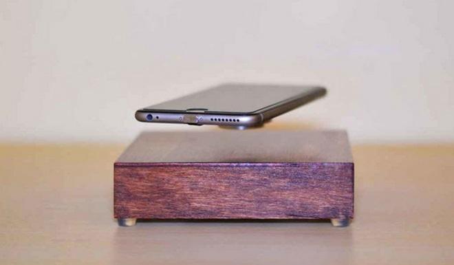 левитирующая беспроводная зарядка Ovrcharge зарядит смартфон по